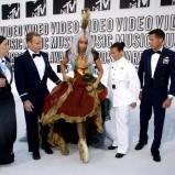 Lady Gaga - w czerwonej sukni, kapeluszu z piór i w złotych butach