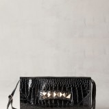 lakierowana torebka Pull and Bear w kolorze czarnym - zjawiskowe torebki na imprezę
