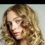 loczki na blond włosach