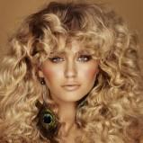 luźne loki na blond włosach