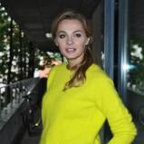 Małgorzata Socha w żółtym swetrze