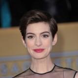 malinowe usta - Anne Hathaway - makijaż gwiazd