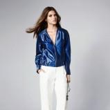 Metaliczna kurtka i białe spodnie