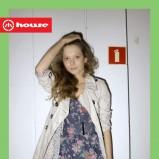 niebieska sukienka House w kwiaty - moda 2011