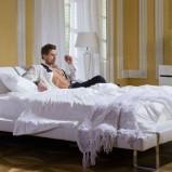 Nowoczesne łóżko w kolorze snieżnej bieli od Kler -trendy 2013