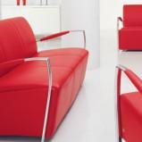 Nowoczesne skórzana sofa w kolorze mocnej czerwieni z metalowymi podłokietnikami -Kler 2013