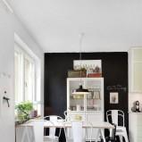Nowoczesne zestawienie białych  mebli z czarną ścianą -propozycje od Homebook
