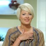 Odeta Moro-Figurska - krótkie, blond włosy z grzywką na bok