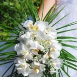 Okazały bukiet ślubny z białych kwiatów