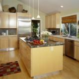Orginalna wyspa kuchenna w kolorze beżowym z marmurowym blatem Trendy 2012