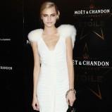 oryginalna sukienka w kolorze białym - Cara Delevingne