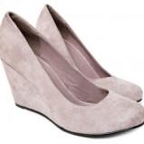pantofle Reserved z zamszu na koturnie - wiosenna kolekcja