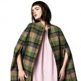 Pastelowa sukienka oraz zielone ponczo w kratkę idealna na jesień i zimę 2012/13