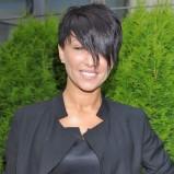 Paula z krótkimi asymetrycznymi włosami