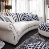 Pękna kanapa w kolorze bieli i poduszkami we wzorki  marki Livingroom  - inspiracje 2013