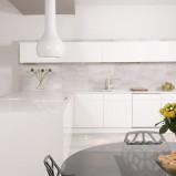Piękne meble kuchenne w kolorze śnieżnej bieli o minimalistycznym charakterze -inspiracje 2013