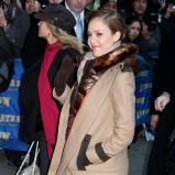 płaszcz w kolorze czarnym - Jessica Alba