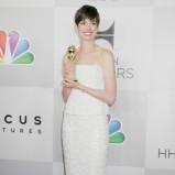 połyskliwa sukienka w kolorze białym - Anne Hathaway