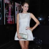 połyskliwa sukienka w kolorze srebrnym - Magda Modra