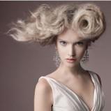 Ponadczasowe długie platynowe włosy spięte w kok modne