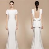 Prosta suknia ślubna z efektownym tyłem
