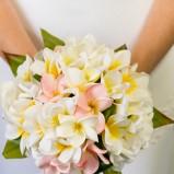 Prosty bukiet ślubny z białych kwiatów