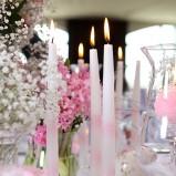 Romantyczna aranżacja stołu weselnego - zdjęcie