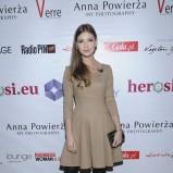 rozkloszowana sukienka w kolorze beżowym - Klaudia Halejcio