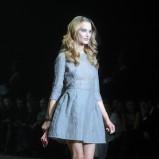 rozkloszowana sukienka w kolorze szarym - Dawid Woliński