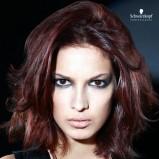 Rozmierzwiona fryzura włosy średnie