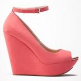 różowe sandały Bershka na koturnie - trendy na wiosnę