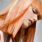 Rude włosy z blond refleksami - włosy średniej długości