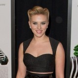 Scarlett Johansson w czarnej kreacji retro