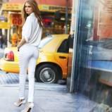 seksowne rurki DKNY w kolorze białym - Cara Delevingne