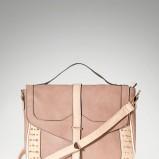 śliczna listonoszka Stradivarius w kolorze beżowym - modne torebki na jesień i zimę