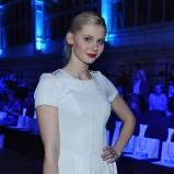 śliczna sukienka w kolorze białym - Izabela Zwierzyńska