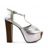 srebrne sandały DeeZee na platformie - trendy zimowe