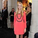 sukienka w kolorze koralowym - Cara Delevingne