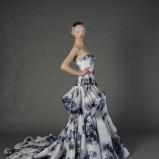 suknia ślubna Douglas Hannant w kwiaty w kolorze granatowym
