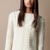 sweter Burberry o grubym splocie w kolorze ecru  - modne sweterki