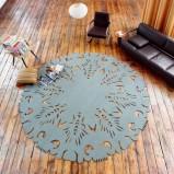 Szary dywan wytłaczane wzory Lise El Sayed