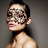 tatuaż na powiekę z winylu - karnawałowy makijaż