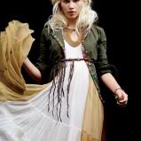 Ubrania w stylu boho. długa suknia, opaska na włosach, Fot. freepeople.com