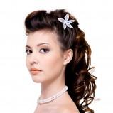 Upięcie włosów długich, kręconych, z kwiatem