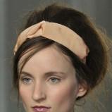 upięte i podniesione włosy ozdobione szeroką opaską  - modne uczesania