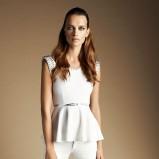 urocza z baskinką bluzeczka Reserved w kolorze białym - moda dla kobiet