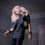 Urzekające falowane blond włosy na zbliżający sie sezon
