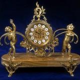 Urzekający zdobiony zegar w kolorze polerowanego brązu z figurkami - propozycje marki Patt Mebel