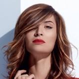 Włosy średniej długości - fryzura dla szatynek z pasemkami