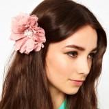 włosy zdobione jasnoróżowym kwiatem - Asos